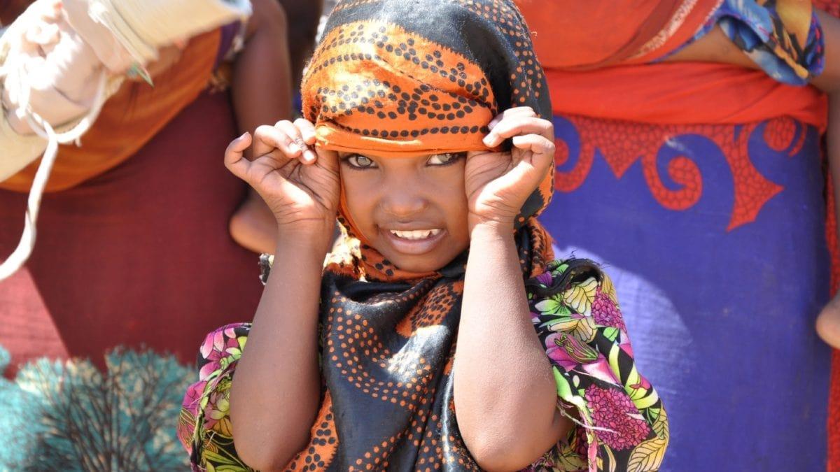 UNICEF: Kind in bunten Tüchern