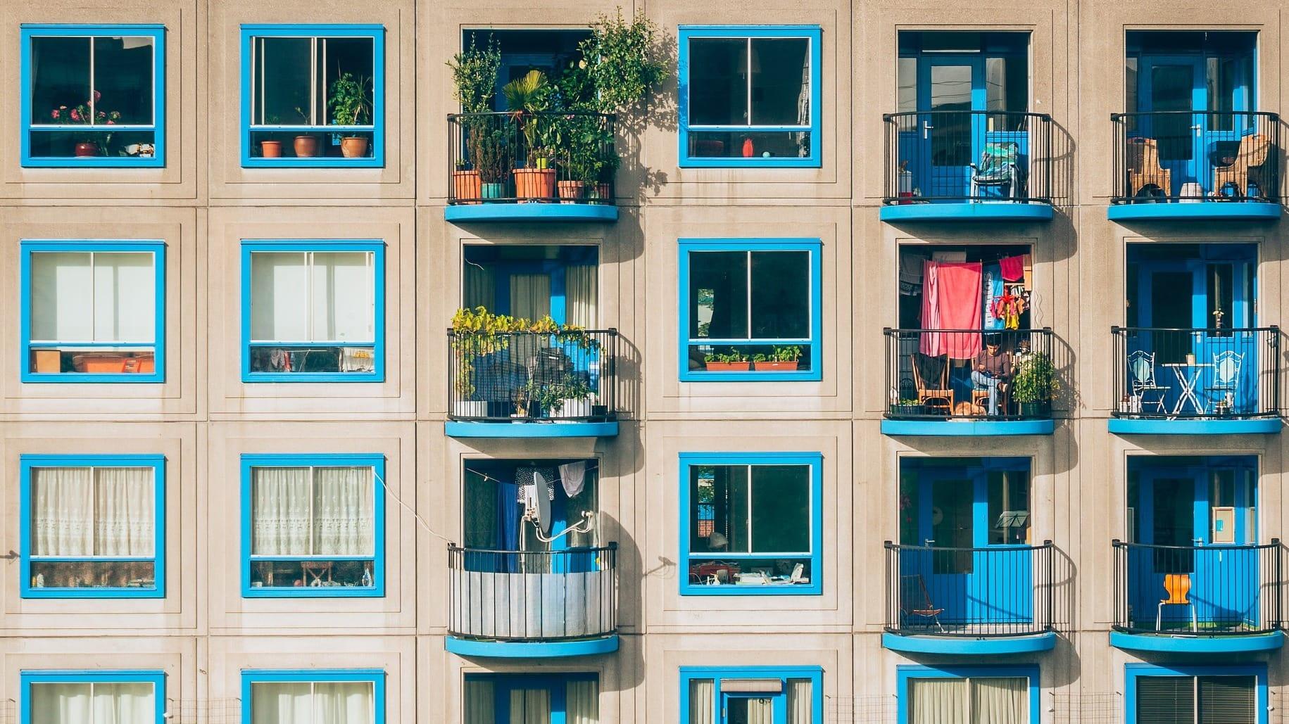 Viele blau eingerahmte Balkons, auf denen man super Urlaub machen kann