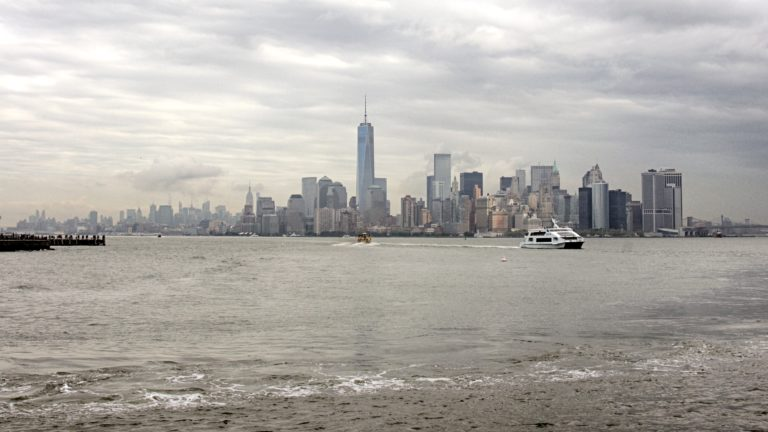 Skyline von Lower Manhattan in New York City mit Boot