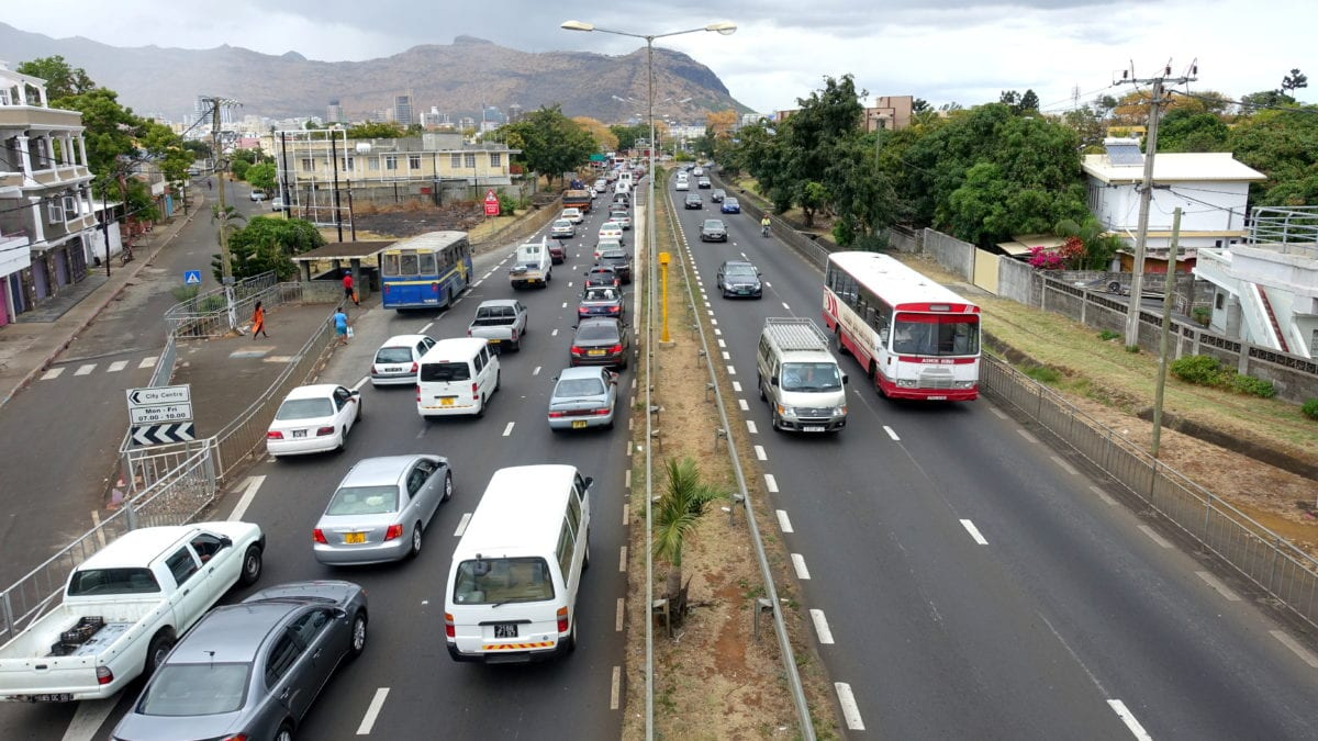 Straßenverkehr vor Port Louis in Mauritius
