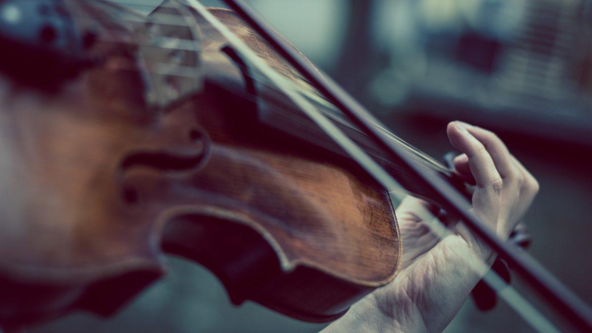 Ein Violinenspieler, vom dem nur die Hände zu sehen sind