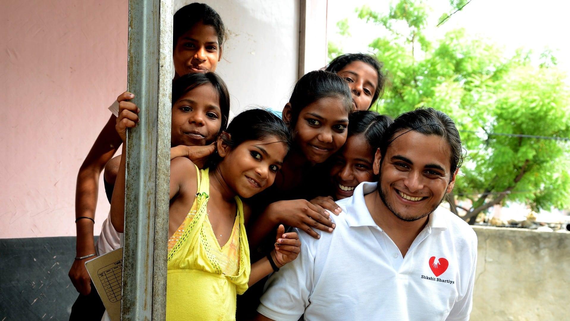 Wenn du dich für ein Volunteer-Programm im Ausland bewerben möchtest, solltest du vorher genau recherchieren, ob du damit wirklich vor Ort hilfst.