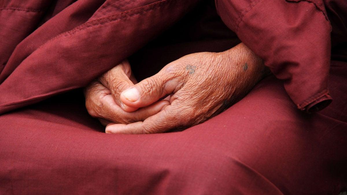 Manche Menschen nutzen die Meditation oder das Gebet, um sich in Achtsamkeit zu schulen; auch das Yoga ist eine Form des Gebets.