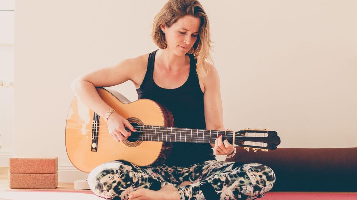 Gesa, die auch singt und Gitarre spielt, fühlt sich durch Yoga immer wieder bestärkt.
