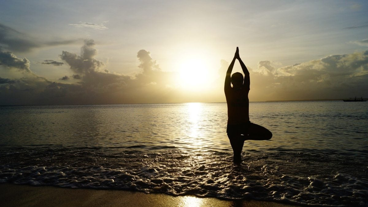 Yoga am Strand zu praktizieren, kann eine wunderbare Möglichkeit sein, dich in deine Achtsamkeit zu begeben.