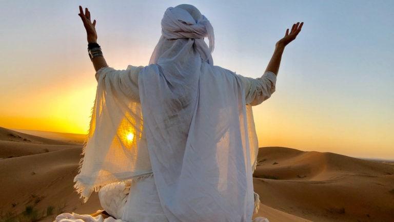 Meditation im Sonnenuntergang in den Wüstendünen