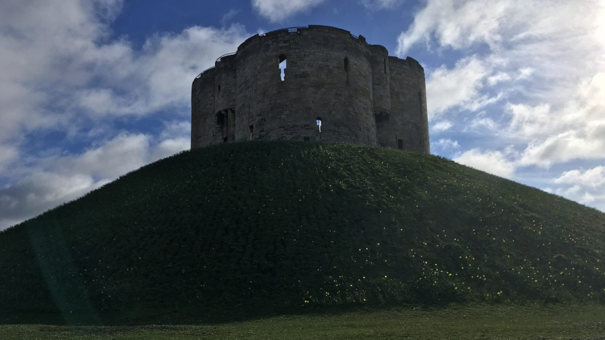 Der Clifford's Tower in York auf dem Hügel