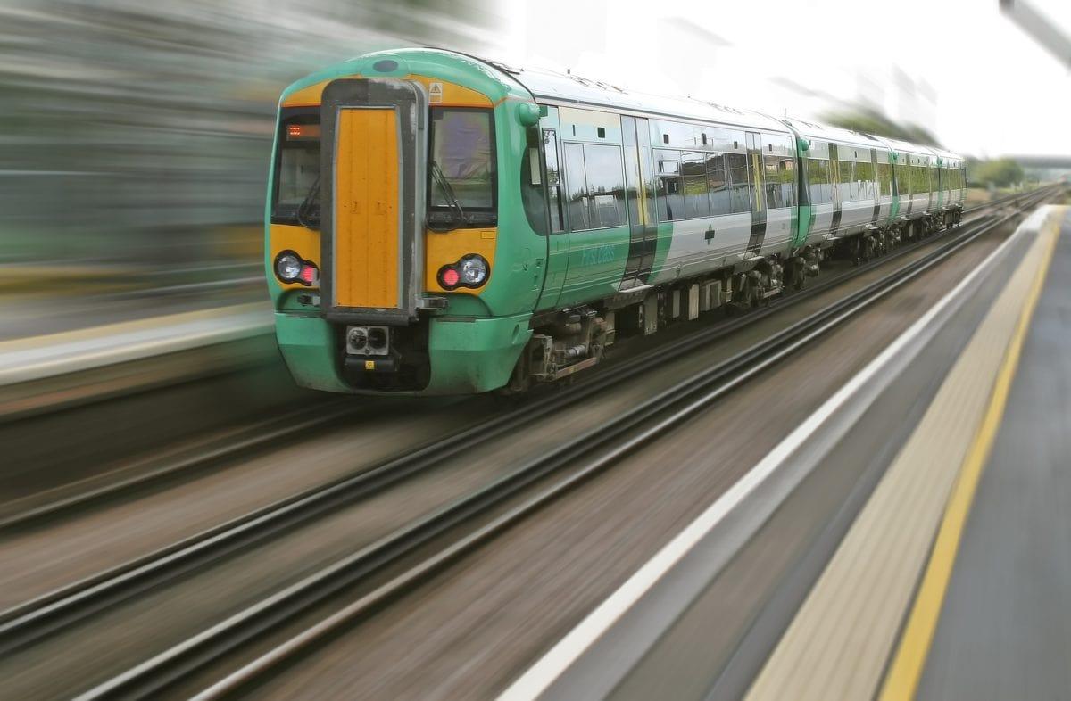 Ein Zug bei der Fahrt